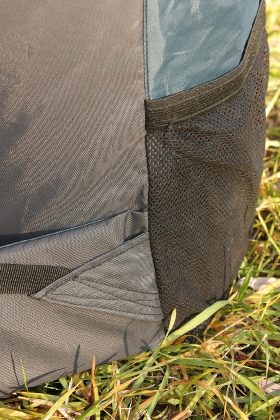Легковес Оксфорд 60. Качественный шов лямки и разошедшийся шов сетчатого кармана.